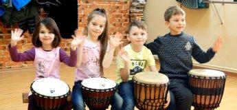 Заняття з гри на етнічних барабанах